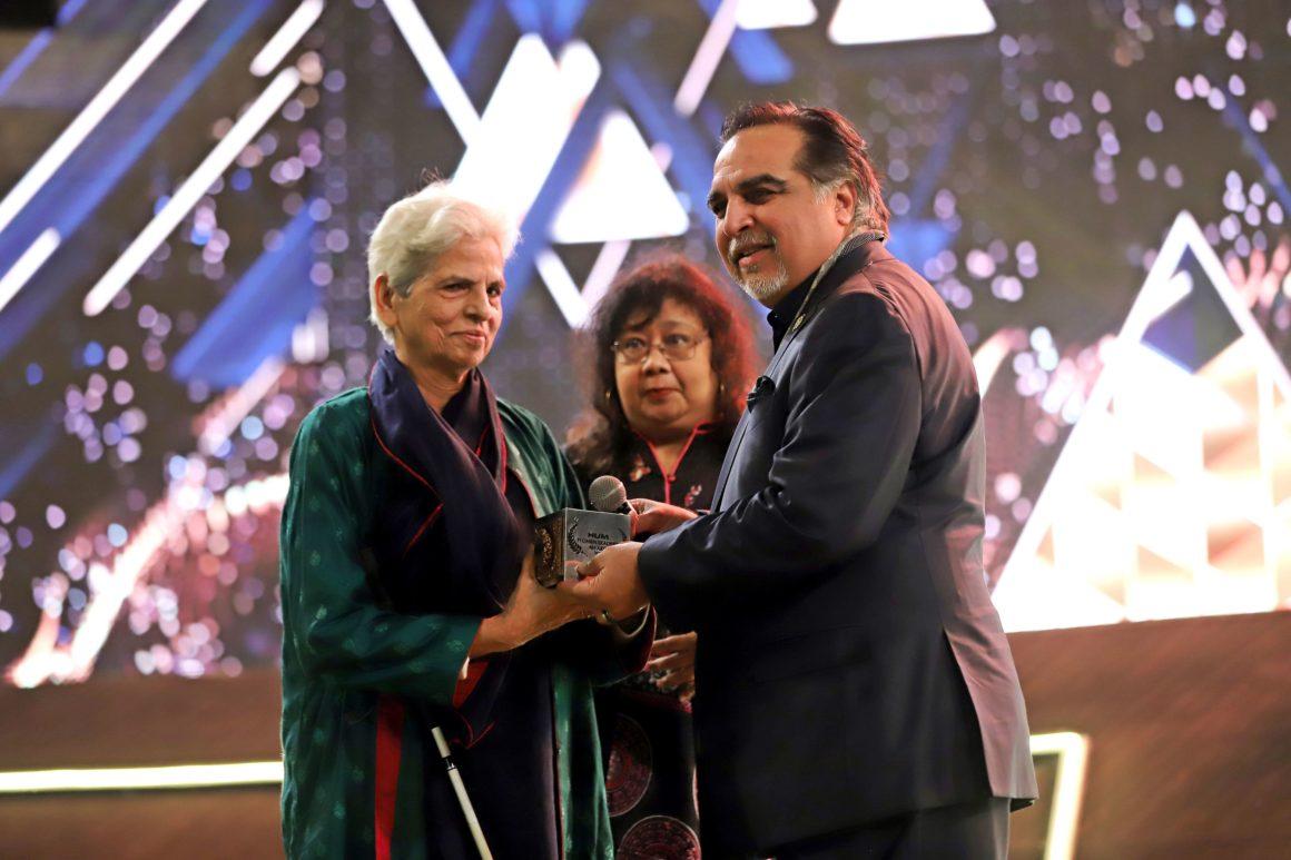 Zubeida Mustafa receiving award from Governor Sindh Imran Ismail (1)